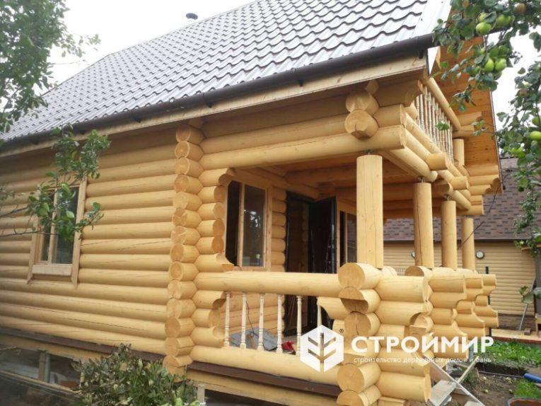 Баня из бревна с балконом